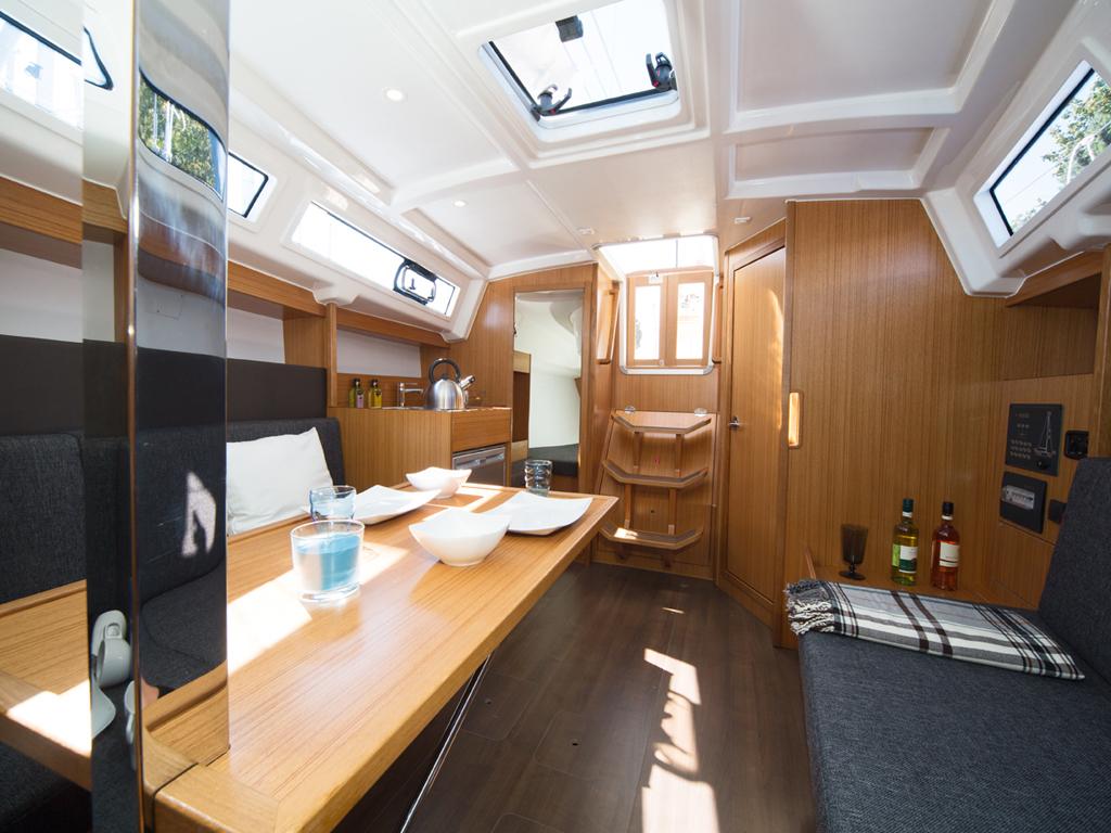 Segelboot Bavaria 33 Tisch